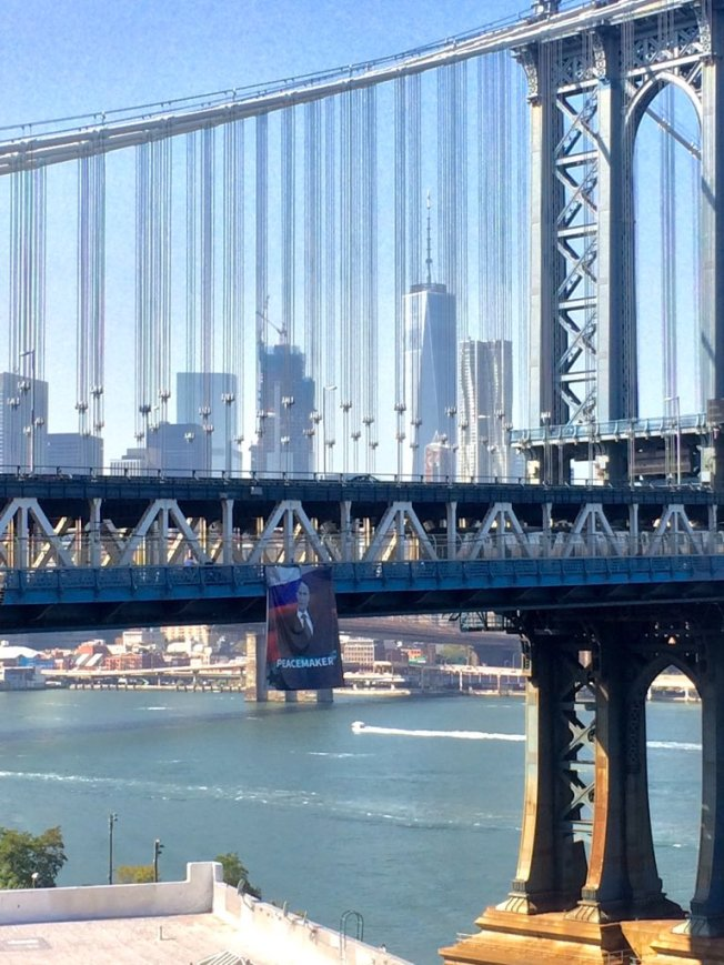 putin-banner-manhattan-bridge