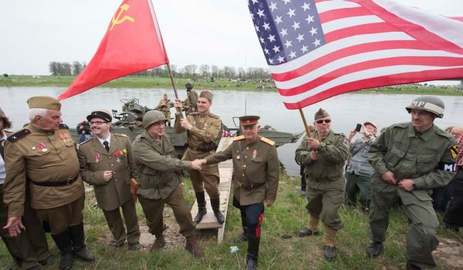 germany_wwii russian & american troops meet on elbe